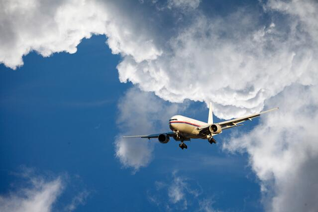 airliner-flying-through-cloud-scapes-blue-sky_SFH1gJCVj.jpg