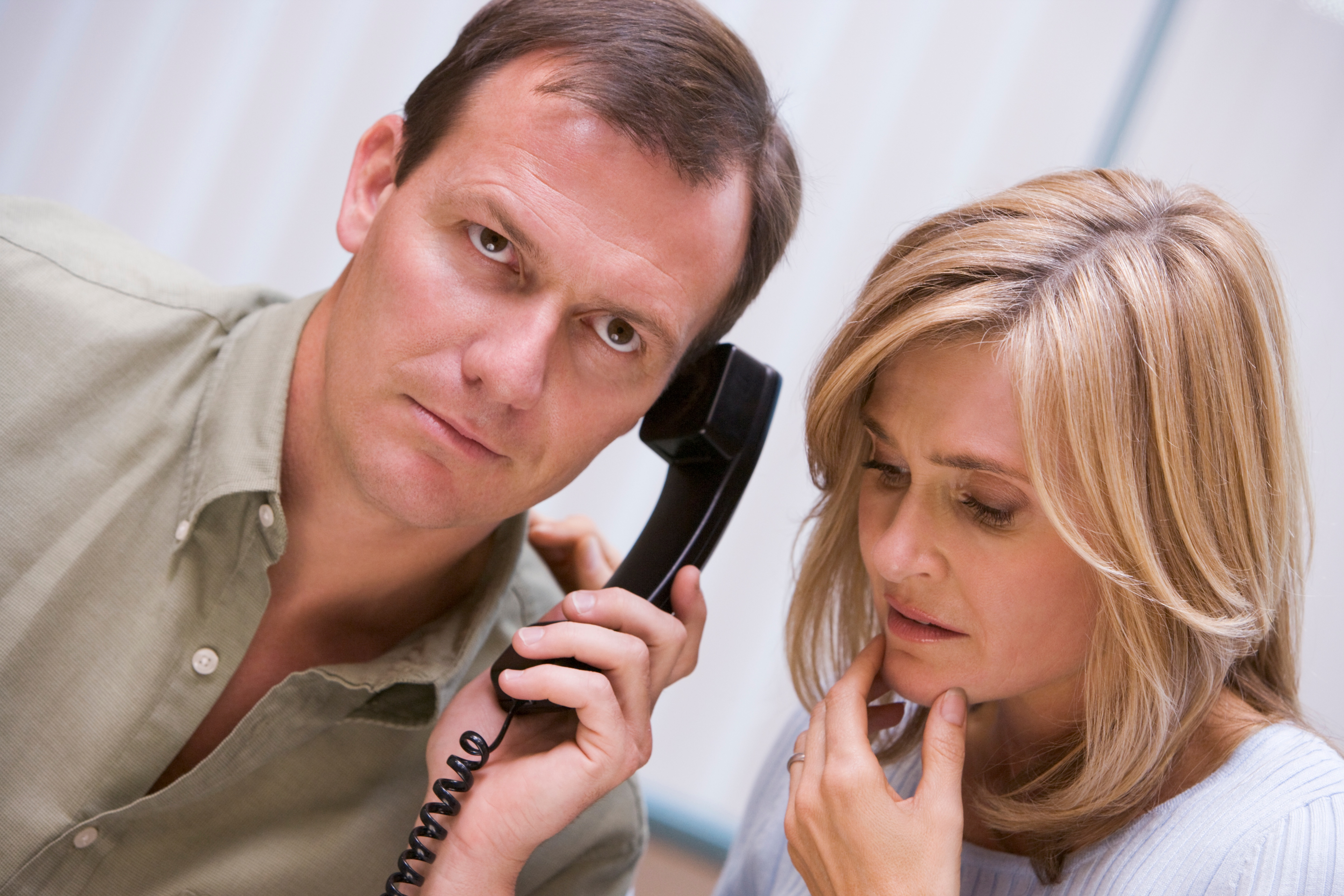 couple-receiving-bad-news-over-the-phone-at-home_BFItInRBi.jpg